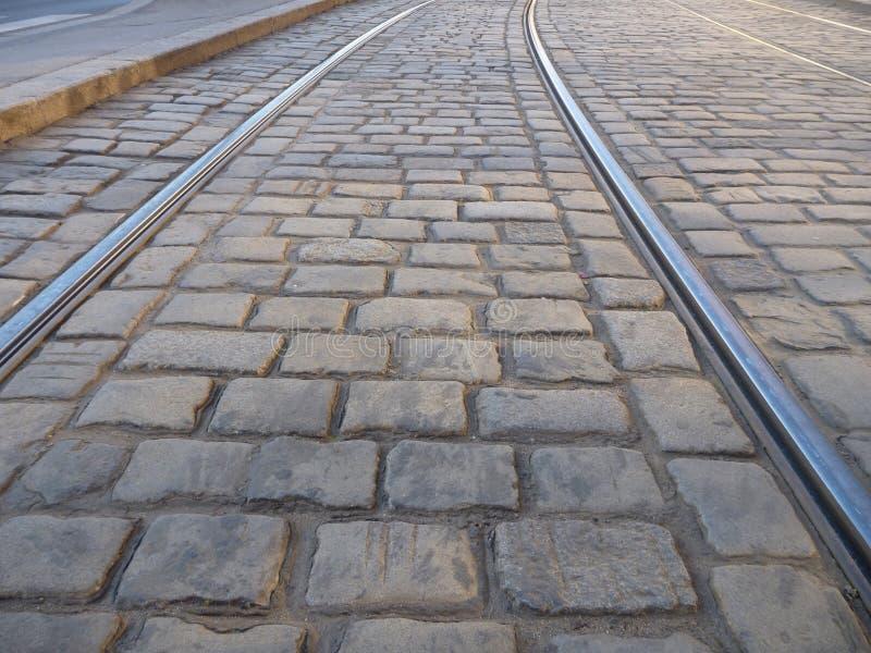 在大卵石石头路面的电车线 库存照片