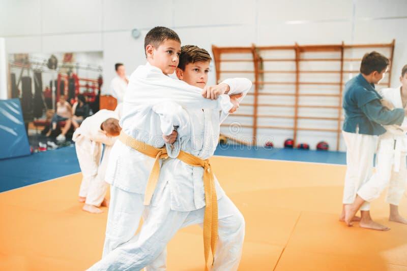 在大厅里哄骗柔道,儿童的训练武术 免版税库存图片