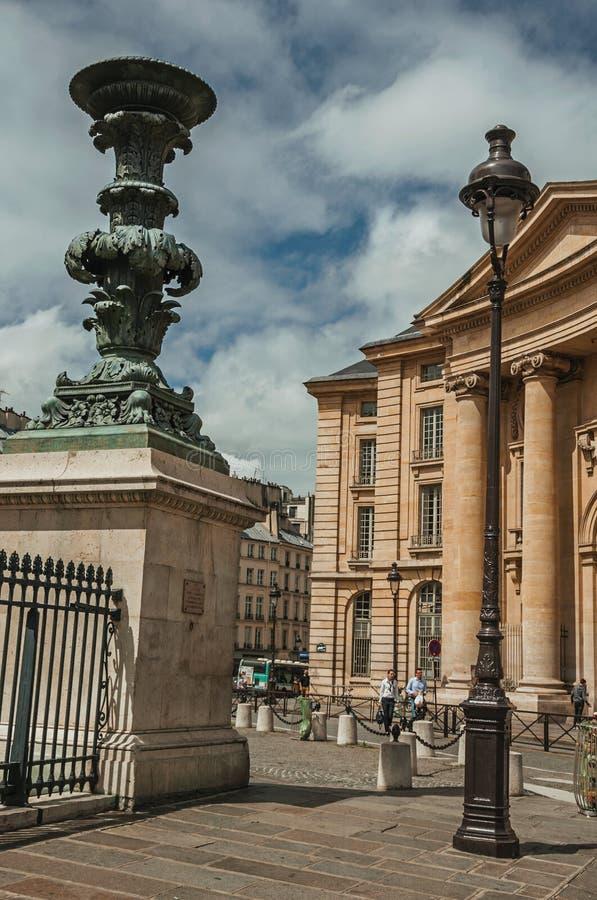 在大厦、篱芭装饰和照明设备岗位前面的人们在巴黎 免版税库存图片