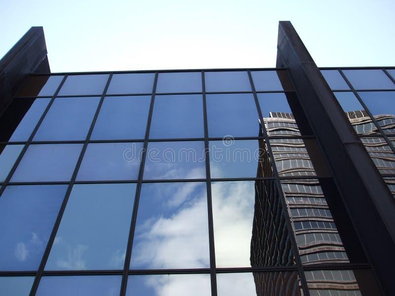 在大厦之上的淡蓝的天空 库存图片