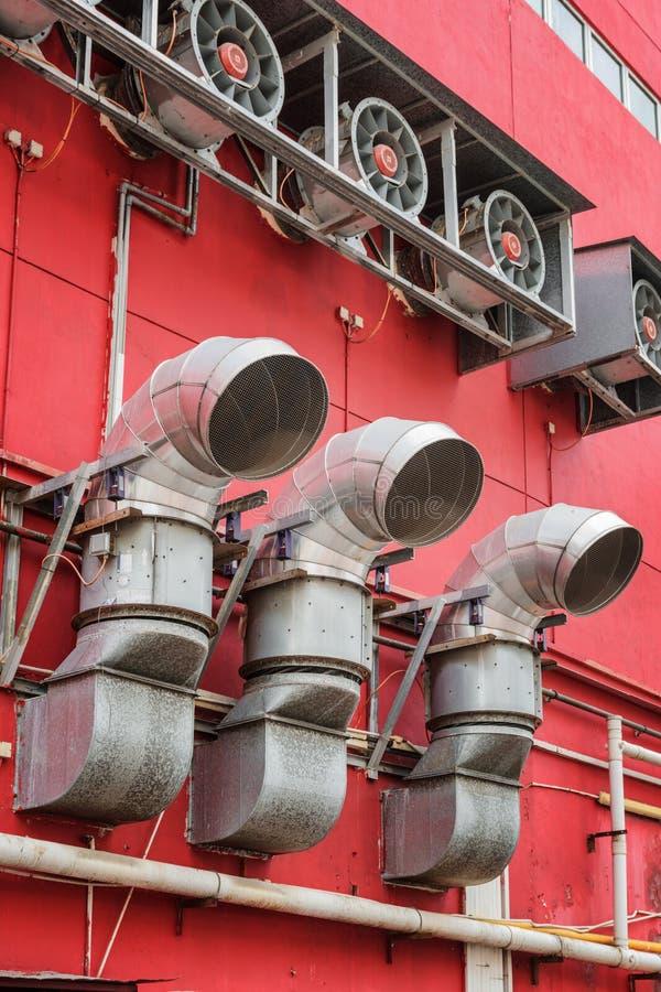 在大厦之外的透气管子 都市工业概念 免版税库存照片
