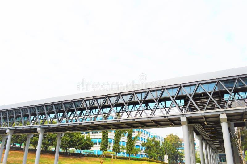 在大厦之间的桥梁,在两当代之间的转折 库存照片
