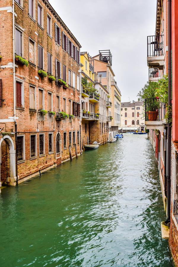 在大厦之间的水运河在威尼斯,意大利  免版税库存图片
