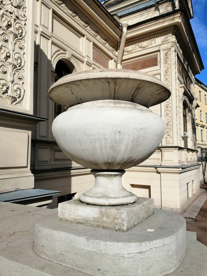 在大厦前面的石碗 库存图片