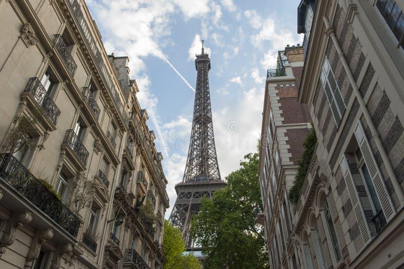 在大厦后被看见的艾菲尔铁塔在巴黎,法国 免版税库存照片