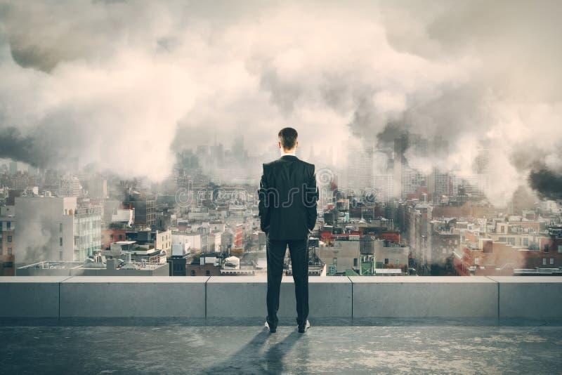 在大厦和看有雾的城市上面的人  免版税库存图片