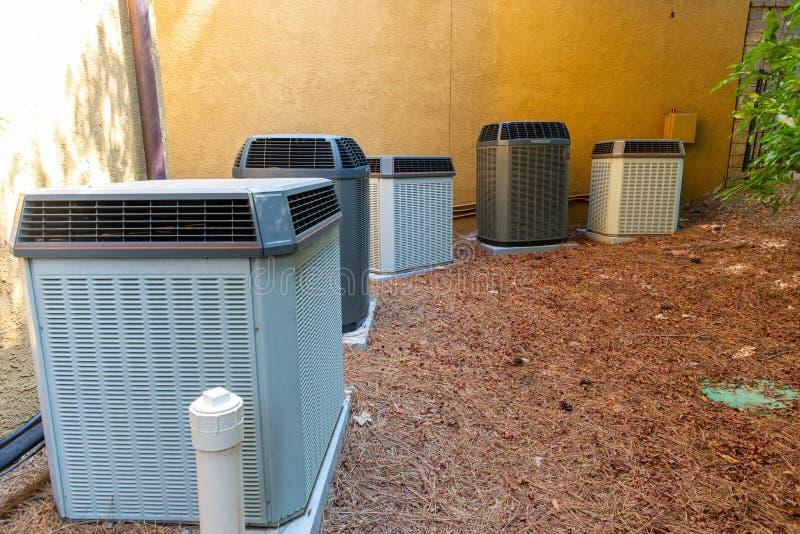 在大厦旁边的家庭HVAC空调压缩机单位 免版税库存照片