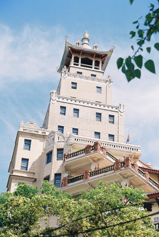 在大厦的上面的一个中国风格亭子 免版税库存图片
