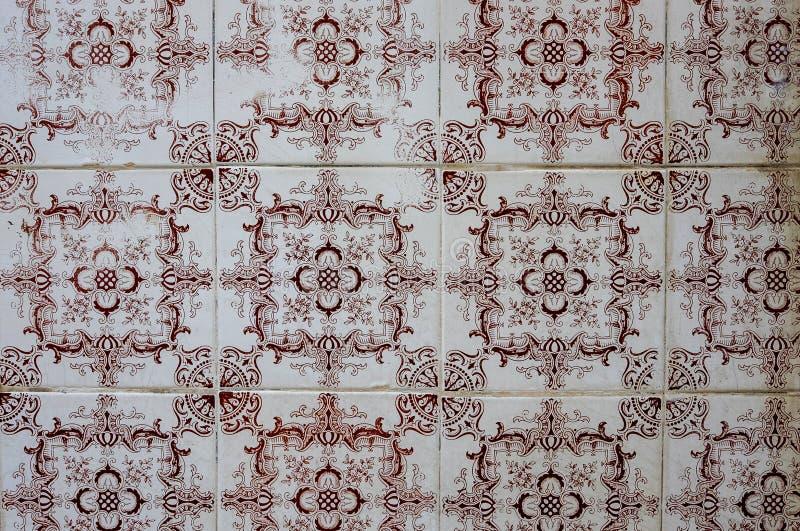 在大厦的传统葡萄牙azulejo瓦片在波尔图,葡萄牙 木背景详细资料老纹理的视窗 免版税图库摄影
