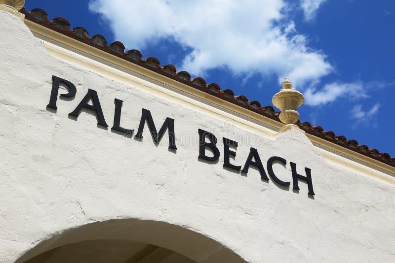 在大厦的墙壁上的棕榈滩标志 库存照片