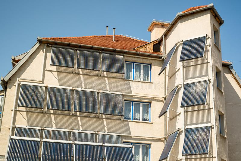 在大厦的太阳水暖气 免版税库存照片