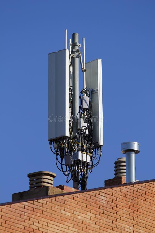 download 在大厦的屋顶的流动天线 库存图片.