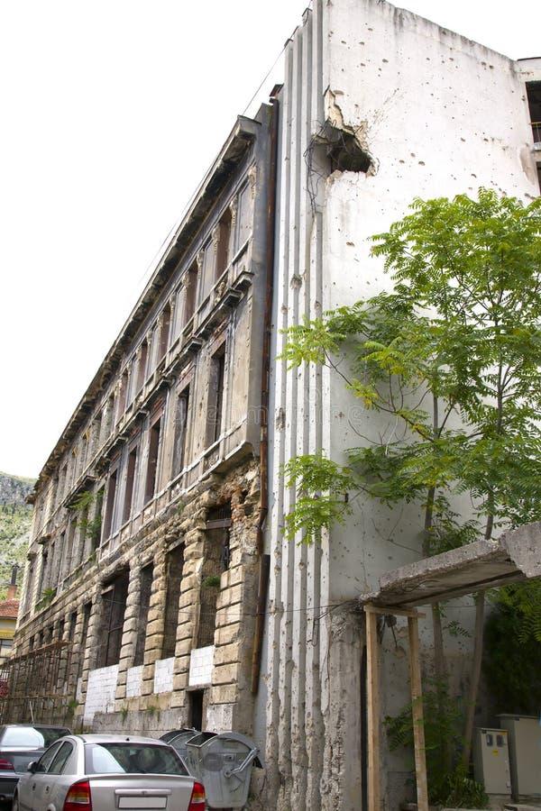 在大厦的弹孔在战争以后在莫斯塔尔 库存图片