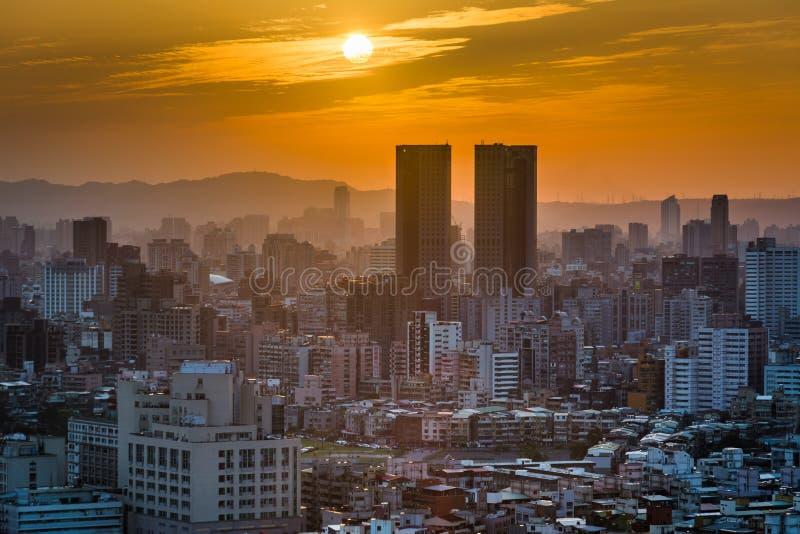在大厦的日落在从大象山的台北,在Taipe 库存图片