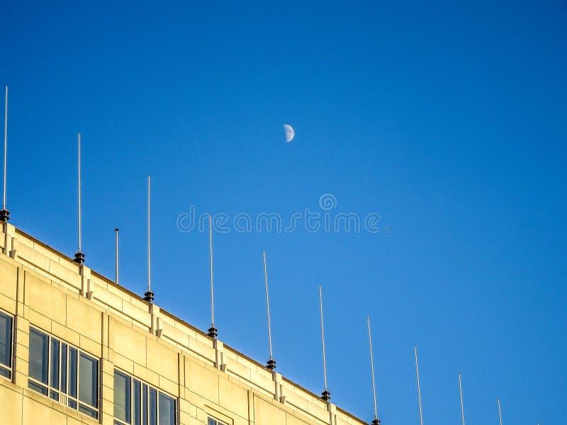 在大厦的月亮 库存图片
