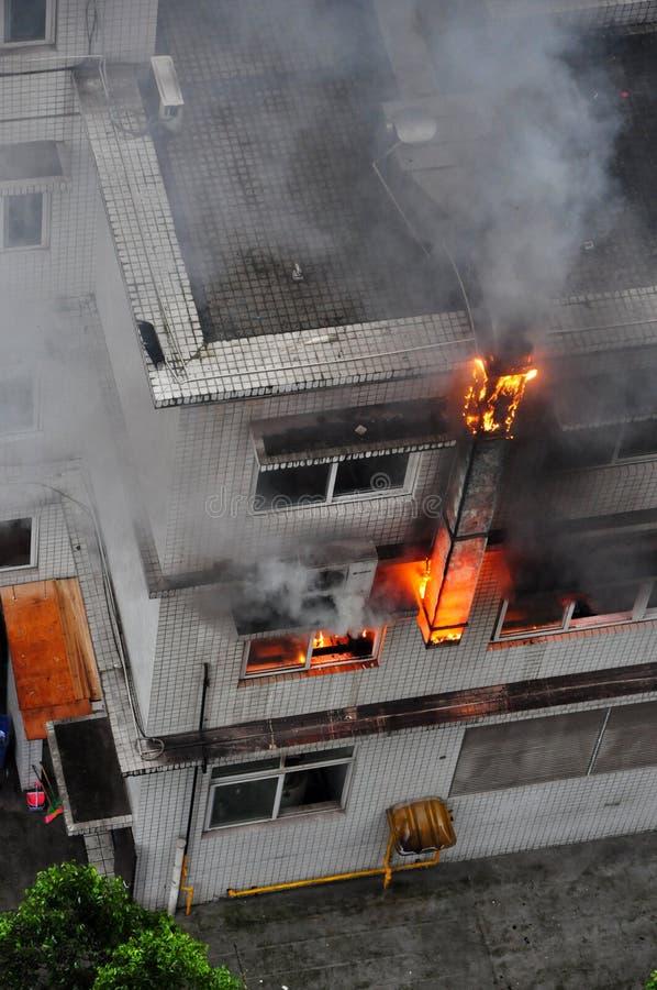 在大厦的灼烧的火 库存照片