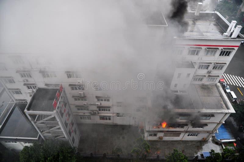 在大厦的灼烧的火 图库摄影
