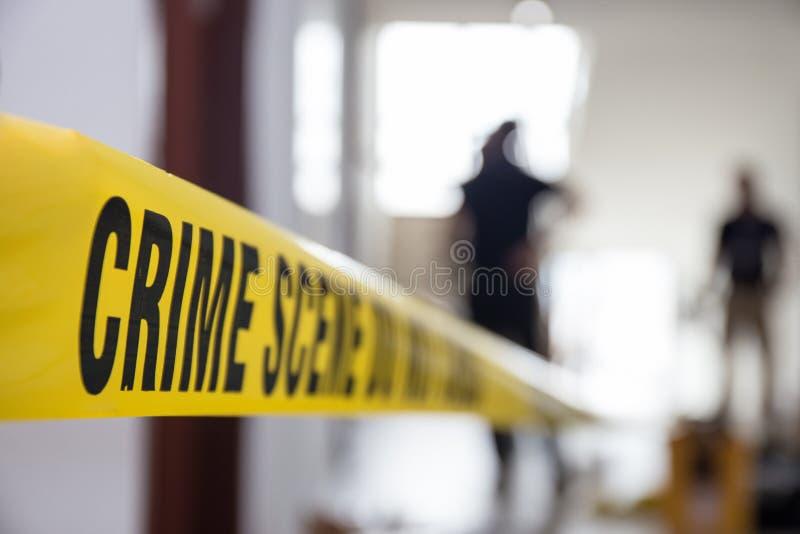 在大厦的犯罪现场磁带与被弄脏的法庭队backgrou 免版税库存照片