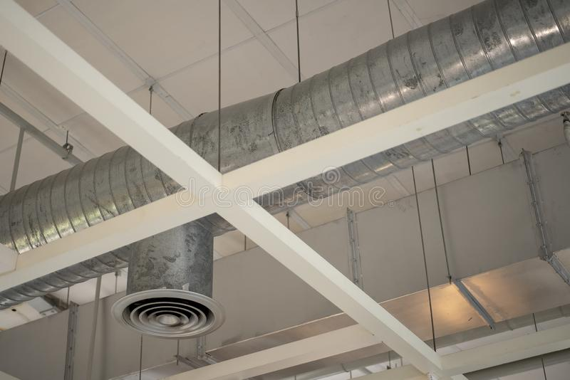 在大厦的空气管道适应的天花板 免版税图库摄影