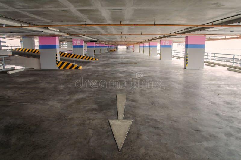 在大厦的空的停车库 库存图片
