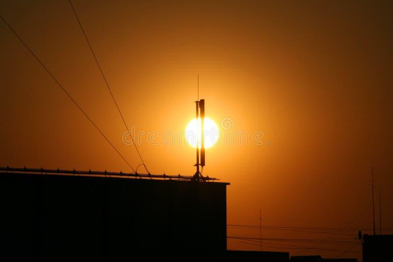 在大厦的美好的日落与导线 免版税库存图片