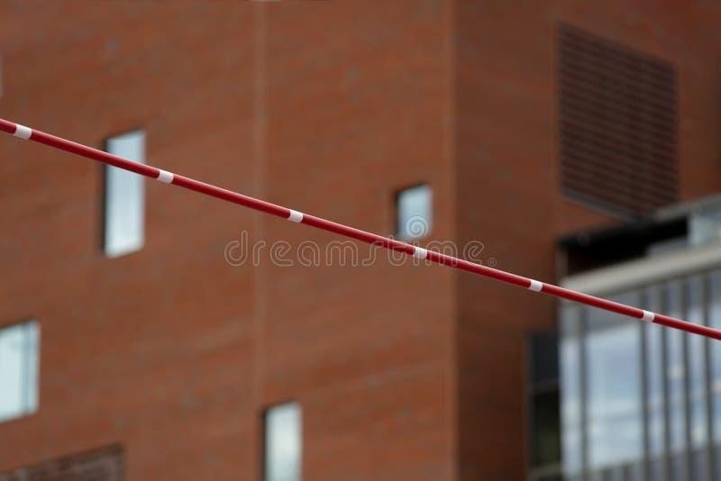 在大厦的背景的撑竿跳高标志横线 库存图片