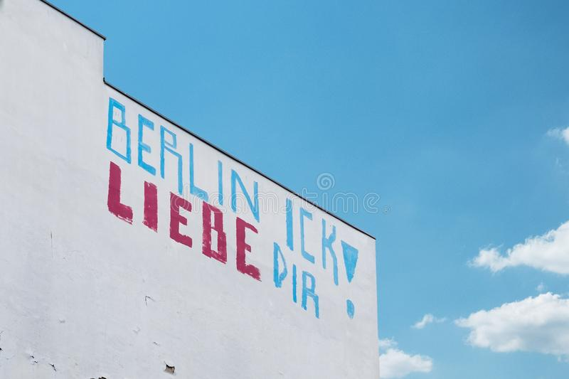 在大厦的街道画:柏林,我爱你德语:柏林Ick谎言 免版税库存图片