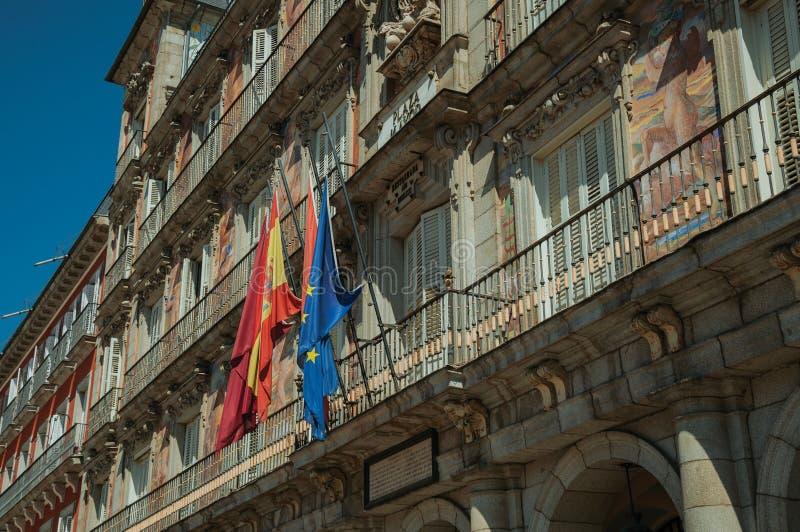 在大厦的被绘的门面与在马约尔广场的旗子在马德里 库存图片
