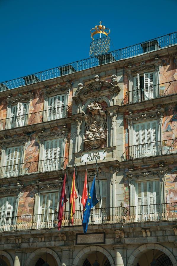 在大厦的被绘的门面与在马约尔广场的旗子在马德里 免版税库存照片