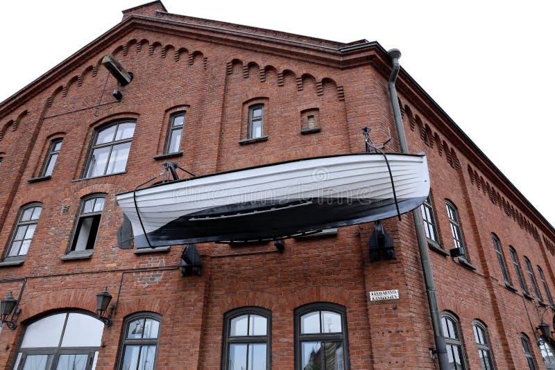 在大厦的门面的小船在赫尔辛基 免版税库存照片