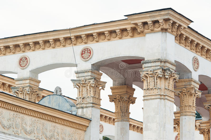 在大厦的门面的白色专栏在古典样式的 库存照片
