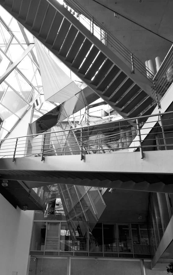 在大厦里面的现代台阶 库存图片