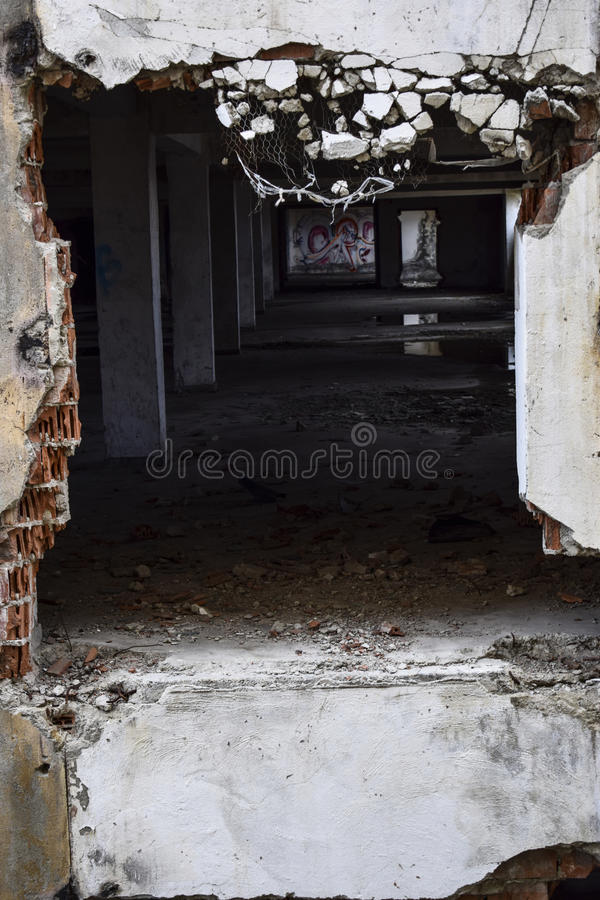 在大厦里面的被毁坏的墙壁 库存图片