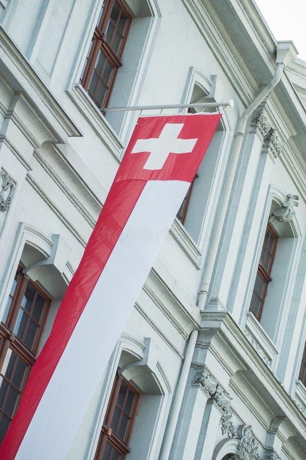 在大厦门面的瑞士旗子在瑞士 免版税图库摄影