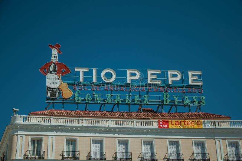 在大厦顶部的大广告广告牌在马德里 免版税库存照片