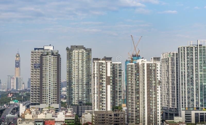 在大厦顶部的起重机在曼谷,泰国 免版税库存图片