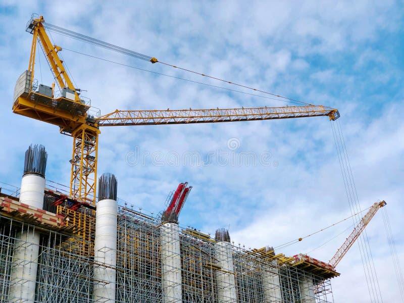 在大厦顶部的起重机建设中 库存图片