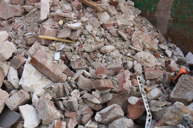 在大型垃圾桶的残破的砖 免版税库存照片