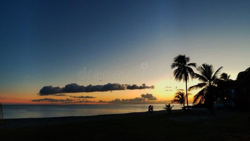 在大型驱逐舰海湾的日落 图库摄影