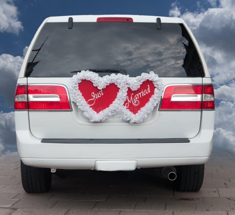 在大型高级轿车的结婚的标志 免版税库存照片