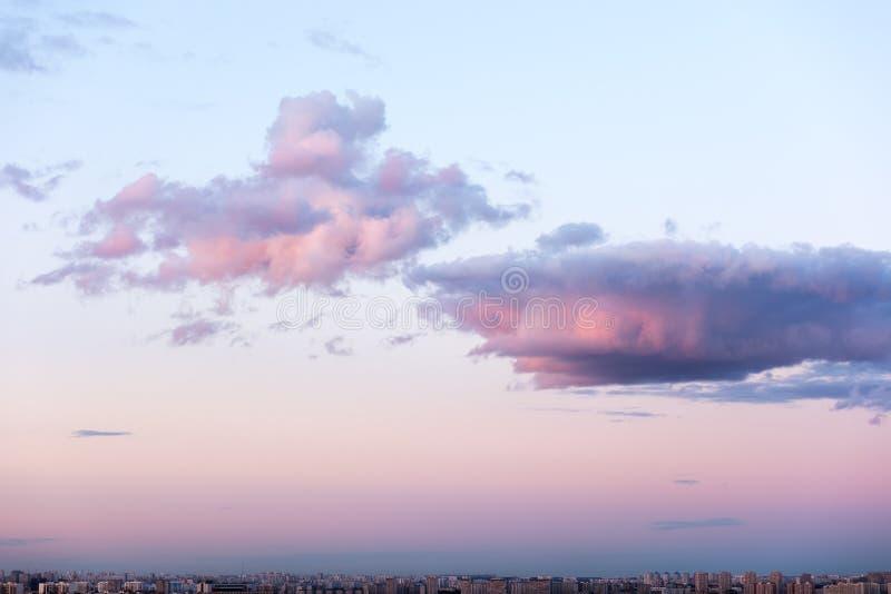 在大城市的阴沉的天空 日落和美丽的云彩 图库摄影