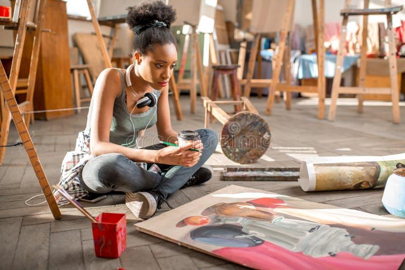 在大学的创造性的学生绘画 图库摄影