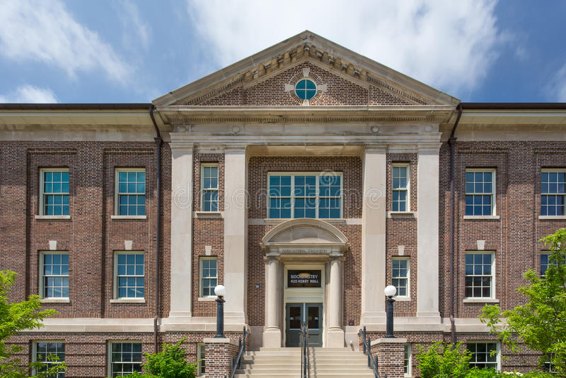 在大学的校园里的农业化学大厦 库存图片