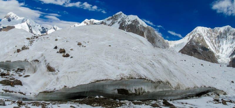 在大山的冰川镇压 免版税库存图片