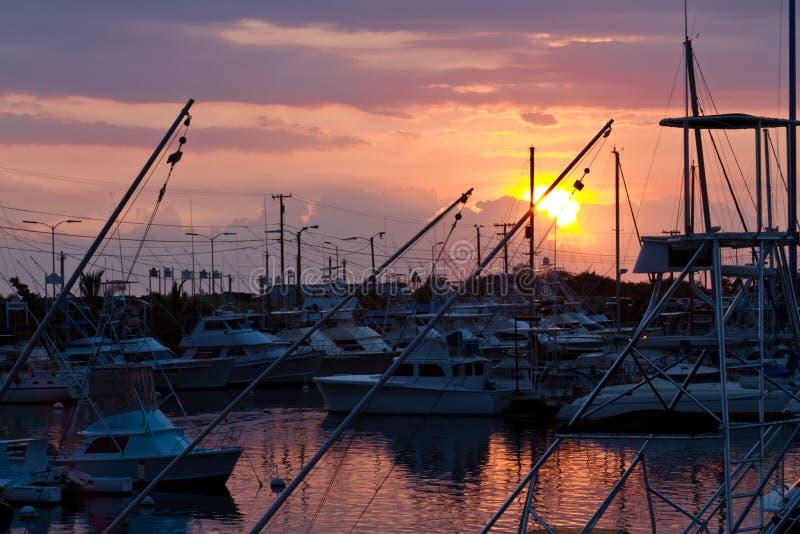 在大岛的小游艇船坞日落 免版税库存图片