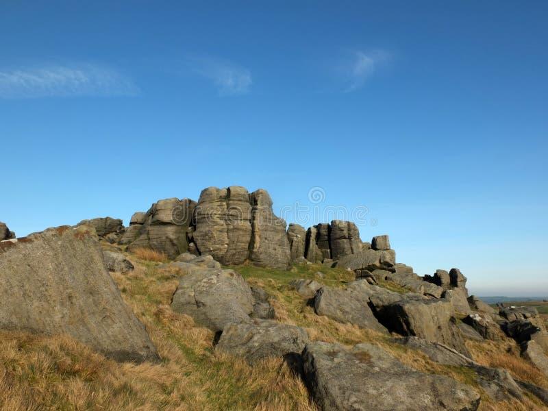 在大岩层在近西约克todmorden的bridestones的大坚固性gritstone露出 库存图片