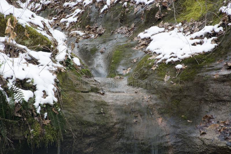 在大岩石的小小河 免版税库存图片
