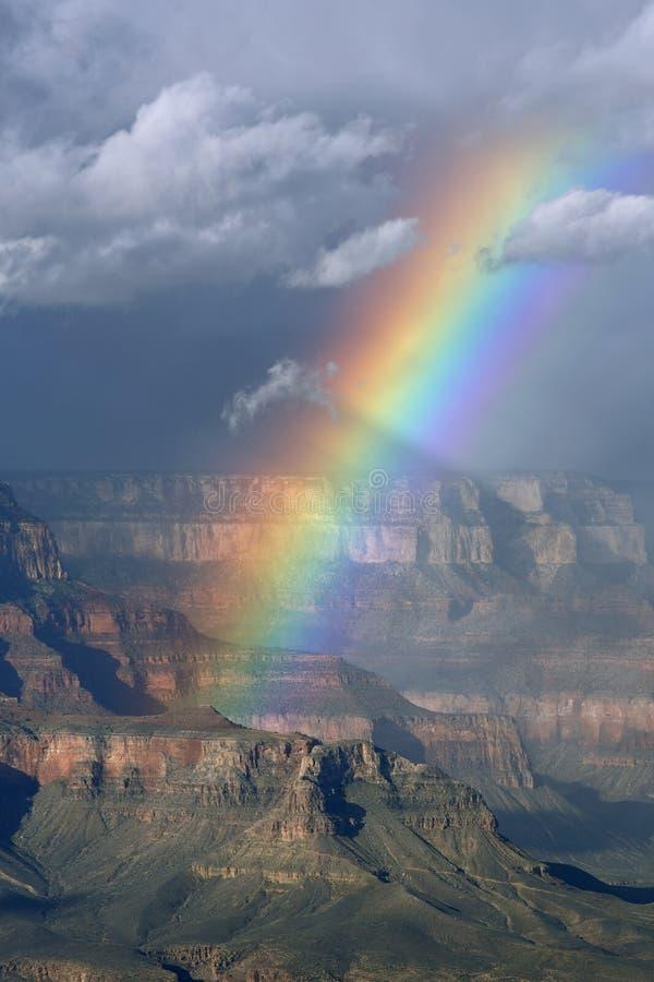在大峡谷,亚利桑那的北部外缘的彩虹 免版税库存照片