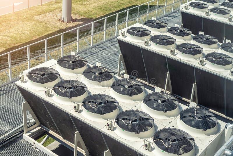 在大工厂厂房屋顶上面的重的加热的透气冷却和空调集合系统  免版税库存图片