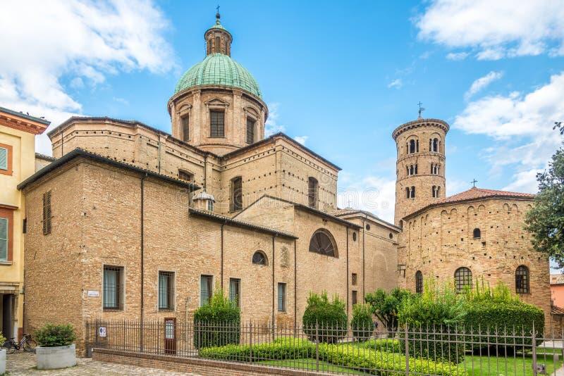 在大教堂和大教堂与洗礼池Neoniano的Ursiana的看法在拉韦纳-意大利 免版税库存照片